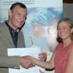 Dr. Martin Schubert (BLZK) überreicht einen symbolischen Scheck an Kristina Klatt von der Rudolf Pichlmayr-Stiftung
