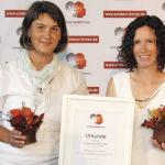 """Barbara Kropp und Verena Leitner-Klaunzer (v.l.) nehmen den Preis """"Erleben und Lernen"""" entgegen"""