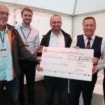 Der Veranstalter übergibt den Spendenscheck an die Rudolf Pichlmayr-Stiftung