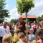 Roland Kaiser pflanzt mit Ederhof-Kindern einen Gingko-Baum
