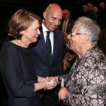 Elke Büdenbender begrüßt Professor Ina Pichlmayr